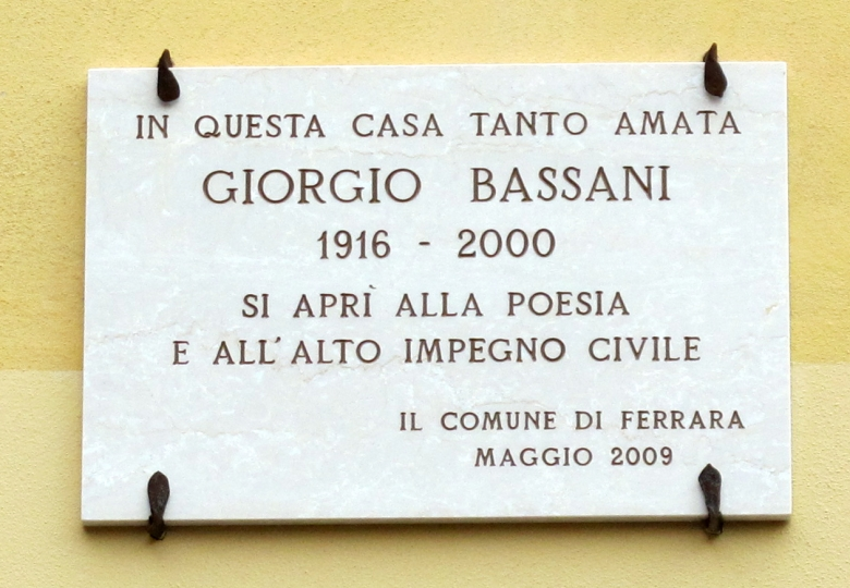 Plaque commemorating Giorgio Bassani at his family house in Ferrara, Italy Photo: Sailko CC BY-SA 3.0